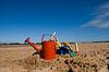 모래 해변에서 해변 장난감   Stock Foto