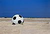 모래 해변에 축구 공   Stock Foto
