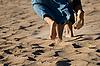 모래 해변에서 맨발로 다리 | Stock Foto
