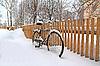 围栏附近的旧自行车 | 免版税照片