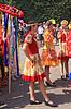 Chicas desconocidas en la calle de la ciudad Staraya Russa | Foto de stock