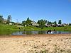 강 근처의 작은 마을 | Stock Foto