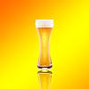 Cerveza de vidrio con espuma | Foto de stock