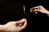 Рука палкой горящую спичку на черном фоне | Фото