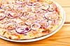Pizza con cebolla y carne de pollo | Foto de stock