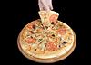 ID 3241898 | 在黑色背景上的美味比萨和手 | 高分辨率照片 | CLIPARTO