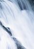 水瀑布流了下来堰 | 免版税照片