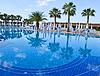 El agua de la piscina y sillas - fondo de vacaciones | Foto de stock