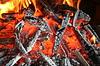 화재, conflagrant firewoods 및 석탄의 배경   Stock Foto