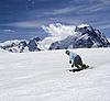 Snowboarder geht den Hügel hinunter | Stock Foto