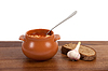 Borsch in clay pot with bread and garlic | Stock Foto