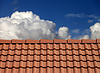 기와 지붕과 구름과 푸른 하늘 | Stock Foto
