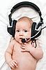 Entzückendes Baby liegt in Kopfhörern | Stock Photo