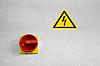 危险电压的主开关和符号 | 免版税照片