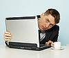 ID 3145549 | 젊은 남자가 인터넷에서 제외 사이트를 본다 | 높은 해상도 사진 | CLIPARTO