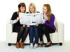 年轻的姑娘们读报纸 | 免版税照片