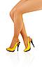 腿在紧身衣的年轻女孩和黄色的鞋 | 免版税照片
