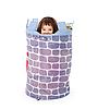 장난감 바구니에 어린 소녀를 숨 깁니다 | Stock Foto