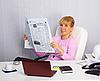 年轻女子职场上阅读新闻 | 免版税照片