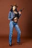 年轻女子在牛仔裤持有步枪 | 免版税照片