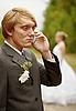 Фото 300 DPI: Жених говорит по телефону, забыв о невесте