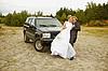 새로 차로 신혼 여행에 가서 결혼   Stock Foto