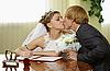 결혼 행사 기간 동안 신부와 신랑 키스 | Stock Foto