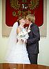 러시아어 팔에서 새로 결혼 키스 | Stock Foto
