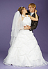 보라색 배경에 신부와 신랑 | Stock Foto