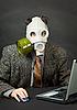 가스 마스크에 남자가 컴퓨터와 함께 작동 | Stock Foto