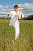 白色和服的年轻男子在列车击败脚 | 免版税照片