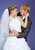 라일락 배경에 낭만적 인 신랑과 신부   Stock Foto
