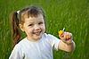 小女孩与甘菊 | 免版税照片