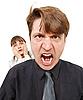 El hombre enojado, se puso furioso. Mujer con horror | Foto de stock
