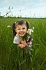 Photo 300 DPI: Cheerful child embraces wild flowers