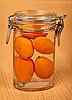 金橘在小罐子 | 免版税照片