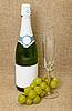 스파클링 와인, 유리 및 포도의 병 | Stock Foto