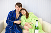 ID 3153591 | Junges Paar in Bademänteln auf dem Sofa | Foto mit hoher Auflösung | CLIPARTO