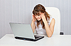 ID 3153619 | Ein Student der Vorbereitung auf Prüfung mit Laptop | Foto mit hoher Auflösung | CLIPARTO