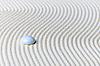 추상적 인 작곡, 모래에 유리 드롭 - 선 가든 | Stock Foto