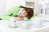 ID 3156446 | Сотрудник заснул, несмотря пьют кофе | Фото большого размера | CLIPARTO