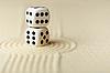 两个白色的骰子与黑点沙 | 免版税照片