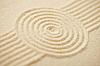 绘制圆沙日本岩花园   免版税照片