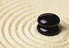 两个黑色的石块沙子 | 免版税照片