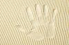 手掌上的黄沙表面痕迹 | 免版税照片