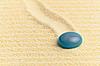 추상 컴포지션 - 모래 표면과 파란색 유리 드롭 | Stock Foto