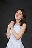 흰 드레스에 잠겨있는 아름 다운 여자 | Stock Foto