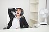 女孩搞笑唱坐在扶手椅在办公室的 | 免版税照片