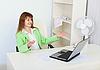 Emotionale Mädchen freut sich sitzen im Büro mit Laptop   Stock Foto
