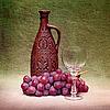 静物与粘土瓶,玻璃和葡萄对帆布 | 免版税照片